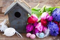 Ostereier mit Birdcage Lizenzfreie Stockfotografie