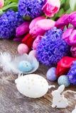 Ostereier mit Birdcage Stockfotos