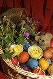 Ostereier mit Blumen und einem Igelen in einem Korb Stockbilder