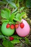 Ostereier mit Erdbeeren Lizenzfreies Stockbild