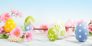 Ostereier mit Frühlingsblumen Stockfoto