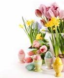 Ostereier mit Frühlingsblumen auf Weiß Lizenzfreie Stockfotos