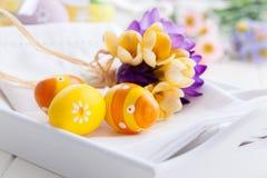 Ostereier mit Frühlingsblumen Stockfotografie