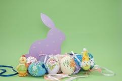 Ostereier mit Hasen und Hühnern Lizenzfreies Stockfoto