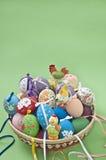 Ostereier mit Hasen und Hühnern Lizenzfreie Stockbilder