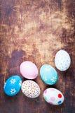 Ostereier mit Kopienraum auf hölzernem Brett Rote Tulpe und farbige Eier Lizenzfreies Stockfoto