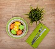 Ostereier mit Tafelsilber und eingemachter Blume Lizenzfreie Stockbilder
