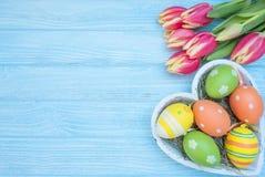 Ostereier mit Tulpen Lizenzfreies Stockfoto
