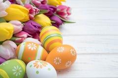 Ostereier mit Tulpen Stockbild