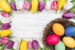 Ostereier mit Tulpen Lizenzfreie Stockfotos