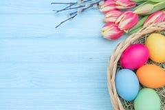 Ostereier mit Tulpen und Weide Lizenzfreies Stockbild