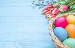 Ostereier mit Tulpen und Weide Lizenzfreies Stockfoto