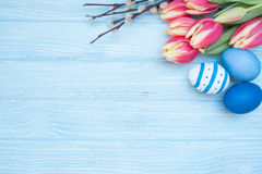 Ostereier mit Tulpen und Weide Stockfotografie