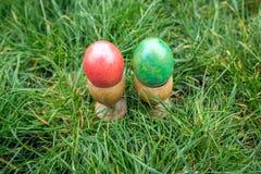 Ostereier, rot und grün, im Gras Lizenzfreies Stockfoto