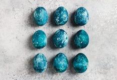 Ostereier rudern eigenhändig gemalt in der blauen Farbe auf hellem Hintergrund stockfotografie