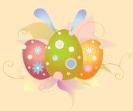 Ostereier und Blumen mit den Ohren eines Hasen lizenzfreie stockfotos