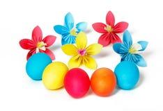 Ostereier und farbige Papierblumen Stockfotos