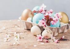 Ostereier und Frühlingsblumen auf rustikalem hölzernem Hintergrund Ostern-Feiertagskarten-Kopienraum stockfoto