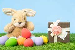Ostereier und Geschenkbox auf Gras lizenzfreie stockbilder