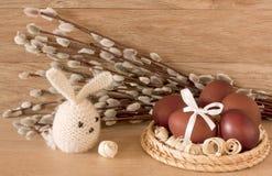 Ostereier und Kaninchen auf Catkinshintergrund Lizenzfreie Stockfotografie