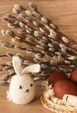 Ostereier und Kaninchen auf Catkinshintergrund Lizenzfreies Stockfoto