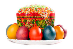 Ostereier und Kuchen auf großer Platte Stockbild