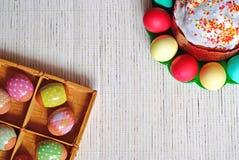 Ostereier und Kuchen Eier in einem Korb und auf einer Platte stockbild