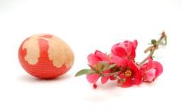 Ostereier und Lehmkrug stockbild