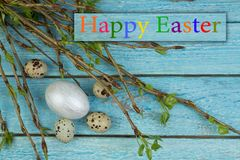 Ostereier und Niederlassung mit Blättern auf Holztischhintergrund Beschneidungspfad eingeschlossen Kopieren Sie Raum für Text Stockfotos