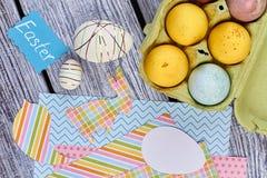 Ostereier und papercut Einzelteile, Draufsicht Lizenzfreie Stockfotos