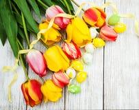 Ostereier und Tulpen Stockbild
