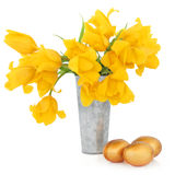 Ostereier und Tulpen Lizenzfreie Stockfotografie