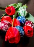 Ostereier und Tulpen stockbilder
