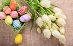 Ostereier und Tulpen auf einer Leinwand Lizenzfreie Stockfotografie