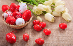 Ostereier und Tulpen auf einer Leinwand Stockbild