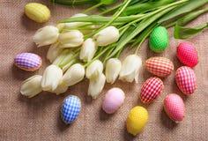 Ostereier und Tulpen auf einer Leinwand Lizenzfreie Stockfotos