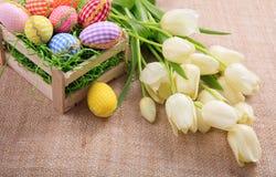 Ostereier und Tulpen auf einer Leinwand Lizenzfreies Stockfoto