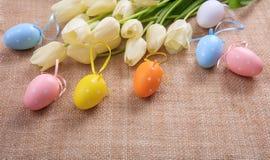 Ostereier und Tulpen auf einer Leinwand Lizenzfreie Stockbilder