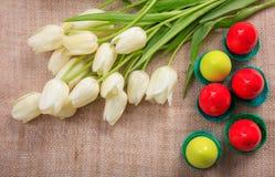 Ostereier und Tulpen auf einer Leinwand Stockfotos