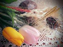Ostereier und Tulpen auf einer Tabelle Lizenzfreies Stockbild