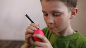 Ostereier verziert, in der Hintergrundkinderfarbe das Ei stock footage