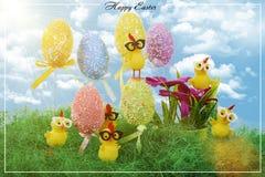 Ostereier verziert mit bunten Punkten Kleine gelbe Hühner Lizenzfreies Stockfoto