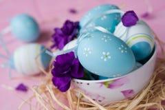 Ostereier verziert mit Gartennelken Lizenzfreies Stockfoto