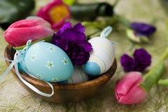 Ostereier verziert mit Tulpen und Gartennelken Stockfotografie