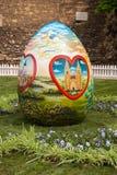 Ostereier werden auf das Quadrat vor Zagreb-Cathedra gesetzt Lizenzfreie Stockfotografie