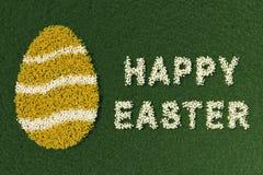 Ostereiform und glücklicher Ostern-Ausdruck, mit Blumen Stockfotografie