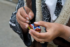 Ostereiin handarbeit machen Lizenzfreies Stockfoto