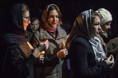 Ostergottesdienst in der orthodoxen Kirche in Kaluga-Region von Russland Lizenzfreie Stockfotos