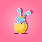 Osterhase, der im goldenen Ei mit Blumen sitzt lizenzfreie abbildung
