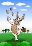 Osterhase, der mit Ei spielt Lizenzfreies Stockbild